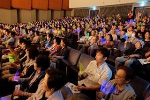 「光る棒」で約400人の会場が一体に