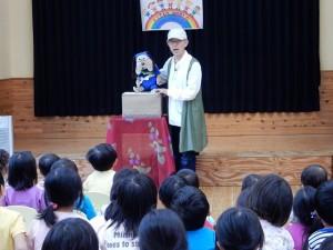 滋賀の腹話術師 善右エ門さんに子どもたちはひきつけられました