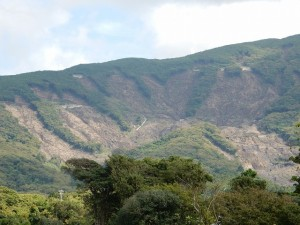 大島の被災地を案内して頂きました 山が崩れて悲惨さが目の当たりに・・・