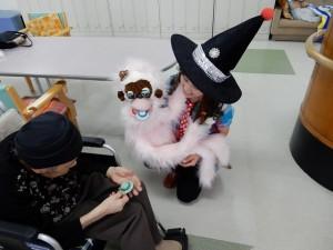 師匠キタサンが大類良子さんに託された手作りの帽子のブローチを一人一人手渡しました。