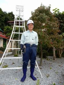 「ヤマタカ」の屋号のヘルメットに乗馬ズボン、すっかり植木やに変身!