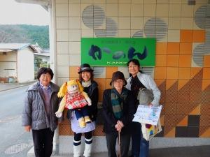 右からグレー恵子さん、福田キミさんは毎月訪問されています。左からオカリナのラブちゃん、プリティけいことエミリーちゃん